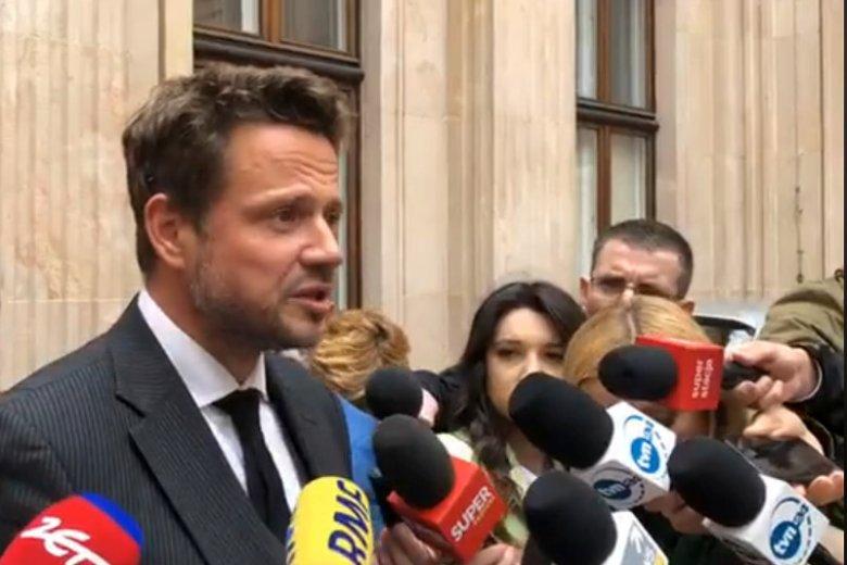 Rafał Trzaskowski o chaos w liceach obwinia rząd PiS i żali się, że ten próbuje odpowiedzialnością za brak miejsc w szkołach obarczyć samorządy.