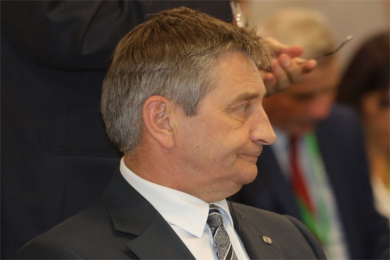 """Dziennik """"Fakt"""" donosi, że Marek Kuchciński miał zabierać na pokład rządowych samolotów także żony partyjnych kolegów."""