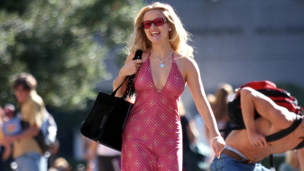 Reese Witherspoon wcieliła się w rolę Elle Woods, dziewczyny, która mimo infantylnej garderoby i sposobu bycia świetnie radzi sobie w środowisku prawniczym.