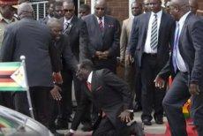 Głośny upadek prezydenta Mugabego ze schodów.