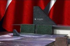 Pomnik smoleński jeszcze przed swoim wtorkowym odsłonięciem zdążył wywołać kontrowersje związane z zarzutami o plagiat.