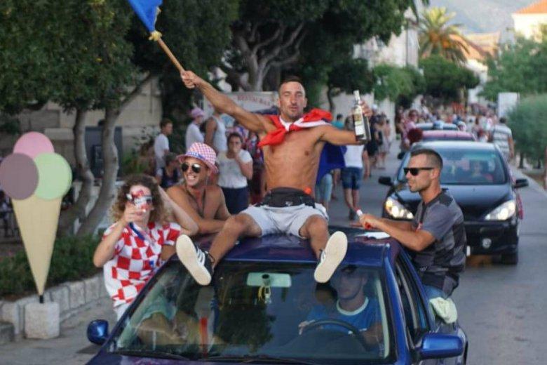 Chorwaci radują się po finałowym meczu mundialu.