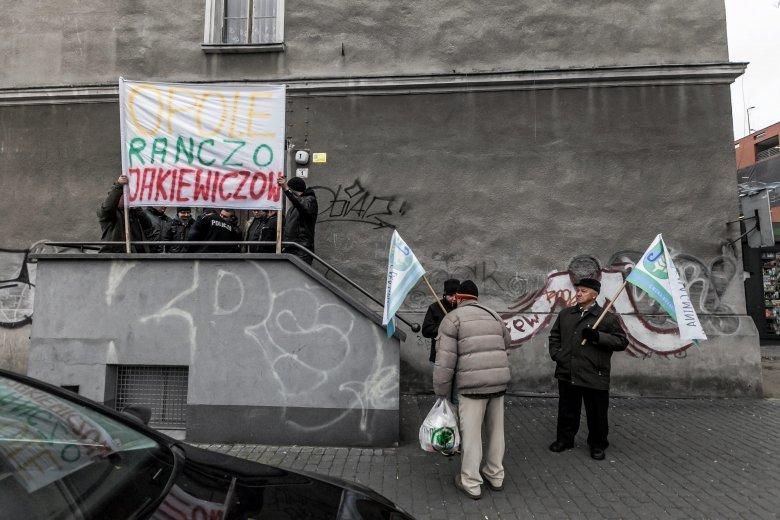 Zdjęcie z 30 listopada 2016 r. – protest przed biurem poselskim Patryka Jakiego w Opolu. W środku kilka osób prowadziło wtedy okupację biura, czekając na spotkanie z wiceministrem.