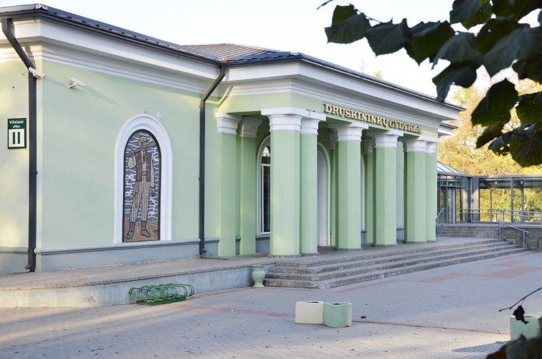 Druskininku Gydykla - lecznica balneologiczna zbudowana na mineralnym źródełku.