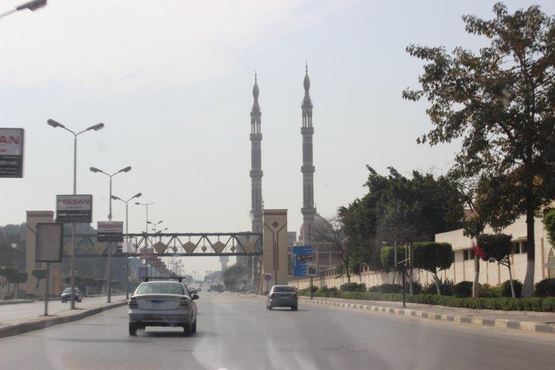 Widok z kairskiej ulicy na dwa minarety