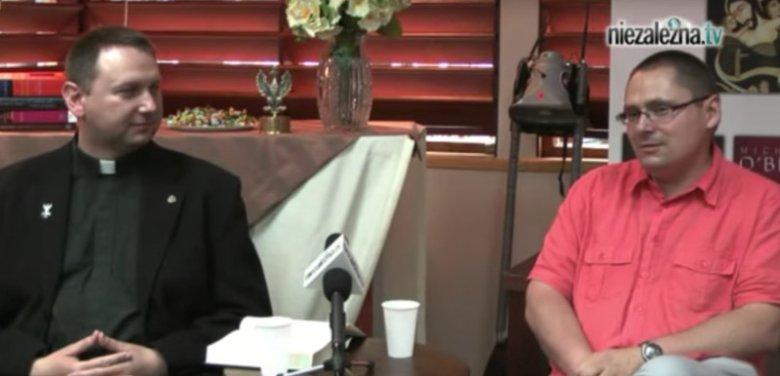 """Ks. Tomasz Jegierski wraz z Tomaszem Terlikowskim w 2011 r. na spotkaniu w Księgarni """"Gazety Polskiej""""."""