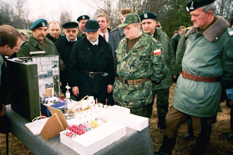 Ćwiczenia w 1993 roku. Cybula stoi tużza Wałęsą.