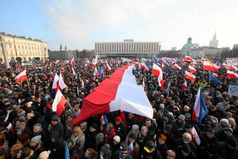 W Warszawie i innych miastach odbyły się marsze i Wiece KOD w obronie Lecha Wałęsy.