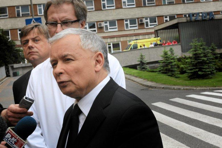 W 2010 r. prezes PiS obiecywał nakłady na służbę zdrowia w wysokości minimum 6 proc. PKB. Na zdjęciu – konferencja Jarosława Kaczyńskiego przed szpitalem w Bydgoszczy.