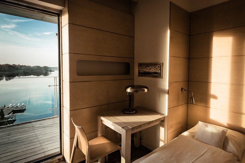 """Przestronne pokoje są urządzone z dbałością o każdy szczegół w spójnej dla całego hotelu stylistyce i filozofii projektowej. Do tego w pełnej harmonii z naturą. """"Słońce tu wpada"""" – to nie slogan z ulotki."""