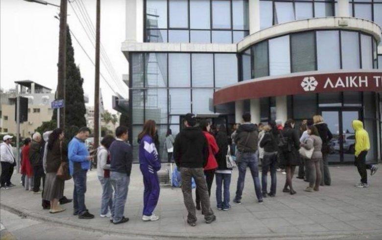 Takie kolejki ustawiały się do cypryjskich bankomatów w 2013 roku, kiedy zdecydowano o zamrożeniu kont bankowych i reglamentacji wypłat.