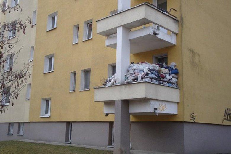 Taki widok można zobaczyć na jednym z balkonów na warszawskim Gocławiu.
