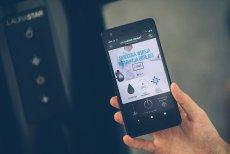 Laurastar Smart U to nowoczesny system do prasowania (inteligentne żelazko, deska z systemem nadmuchu i zasysania, zbiornik na wodę z filtrem antywapiennym, generator pary), który można obsługiwać i monitorować przy pomocy aplikacji mobilnej na smartfonie