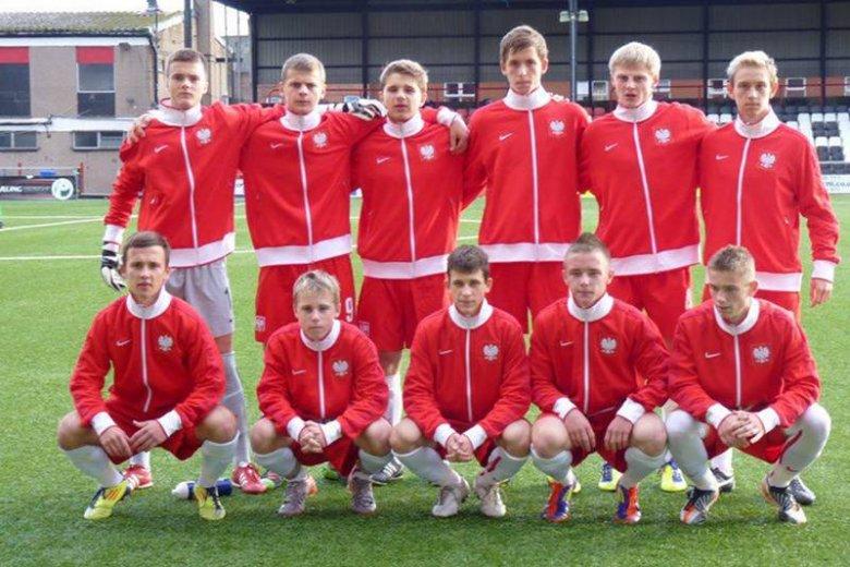 Oto nadzieje polskiej piłki nożnej. Mateusz Kuchta w górnym rzędzie pierwszy od lewej. Grzegorz Tomasiewicz drugi od lewej na pierwszym planie