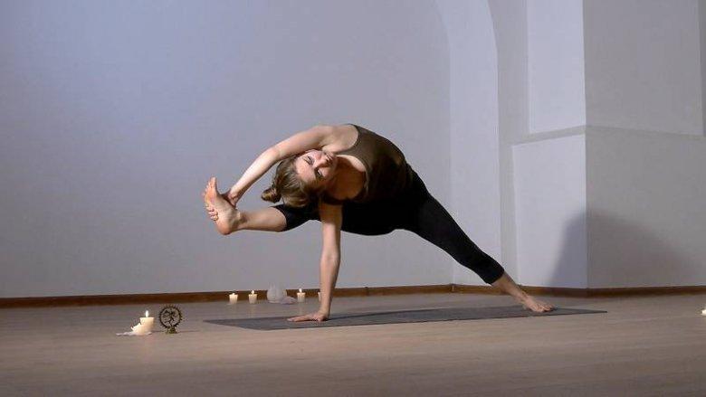 Agnieszka Radomska uczy Flow Jogi, która przypomina bardziej taniec niż gimnastykę.