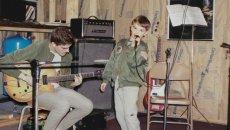 20-latek towarzyszący na scenie swojej młodszej wersji.