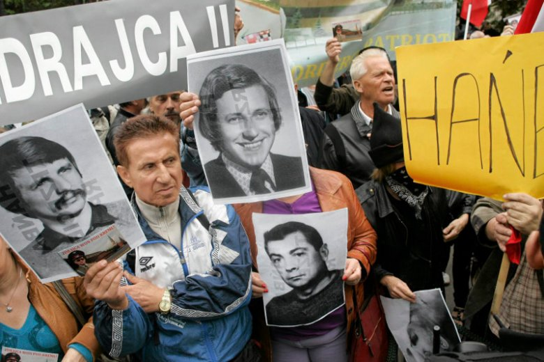 Protesty podczas pogrzebu gen. Wojciecha Jaruzelskiego na Powązkach.