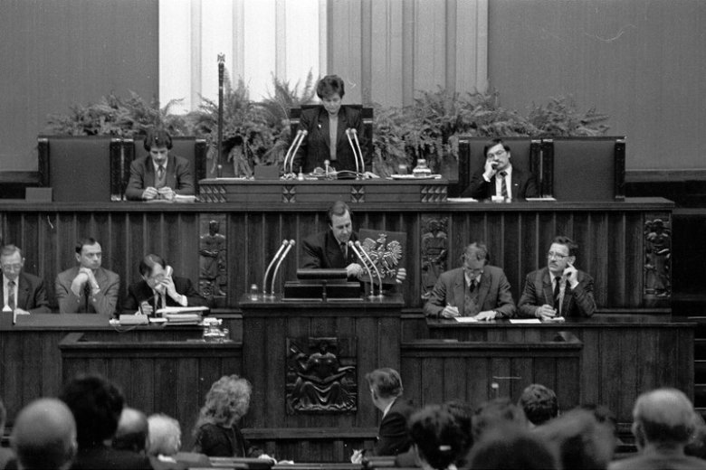 9 lutego 1990 roku. Sejm RP zaakceptował kształt nowego godła.