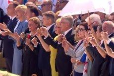 """Politycy śpiewają i tańczą """"Abba,Ojcze""""."""
