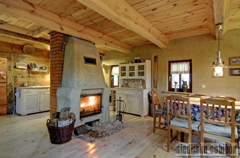 W Siedlisku Sobibór chłodny wieczór można spędzić w pięknym wnętrzu, przy kominku.