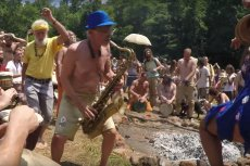 """Neo-hippisi spotkali się na festiwalu """"Rainbow Gathering"""" w Moszczańcu. Nie spodziewali się, że niektórzy skończą w szpitalu"""