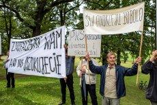 Byli pracownicy PKS z Krosna protestują podczas wizyty polityków PiS w Strachocinie. Czują się oszukani.