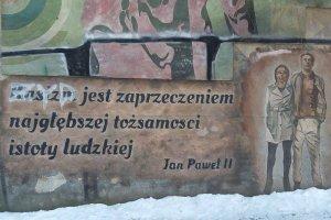 """""""Białystok. I wszystko jasne"""". W centrum miasta na celowniku rasistów znalazł się cytat z... Jana Pawła II"""