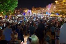 W Poznaniu podczas hymnu odśpiewanego przez demonstrantów dwóch funkcjonariuszy zachowało się w inny sposób, niż ich koledzy.