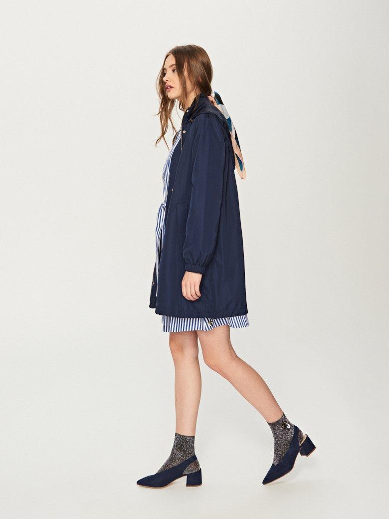 Taka kurtka dobrze połączy się zarówno ze spodniami, jak i sukienką