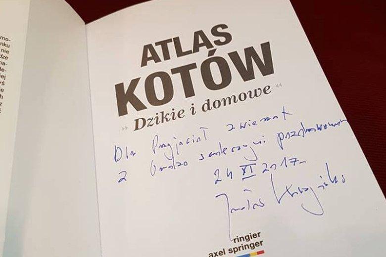 Pieniądze z aukcji Albumu Kotów, który czytał Jarosław Kaczyński, są już na koncie Krakowskiego Towarzystwa Opieki nad Zwierzętami.