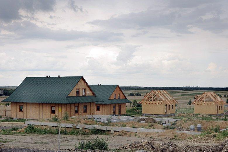 Wbrew pozorom, większość polskich dacz powstała po upadku PRL-u. Wiele letnich nieruchomości mieszczuchów stoi na urokliwie zlokalizowanych osiedlach.