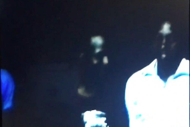 Kadr z nagrania przedstawiającego sprzedażniewolników.