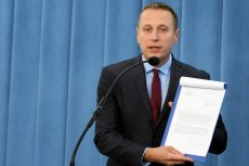Poseł Krzysztof Brejza odsłania hipokryzję rządzącego PIS. Jego zdaniem żadna partia w wolnej Polsce nie dbała tak o sędziów i prokuratorów stanu wojennego.