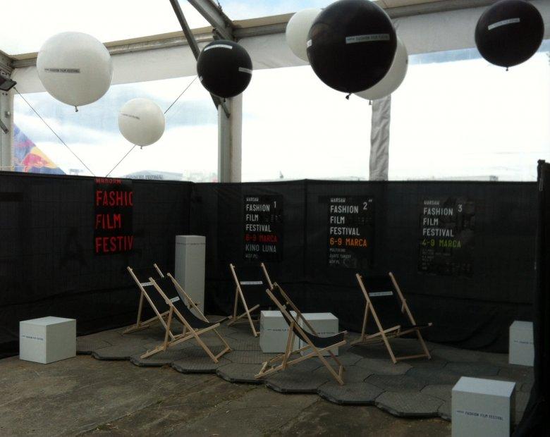 stoisko kina letniego Warsaw Fashion Film Festival