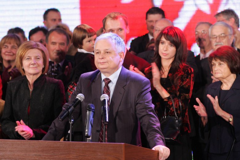 """Czy rację mają internauci, którzy twierdzą, że prezydent Lech Kaczyński w Katyniu pojawiał się tylko, gdy zmuszała go do tego kampania wyborcza? Sprawdziliśmy słynną """"listę obecności"""", która krąży po sieci w dyskusjach o katastrofie smoleńskiej."""