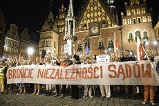 """Renomowany brytyjski """"Financial Times"""" w alarmującym tonie opisuje upadek praworządności w Polsce."""