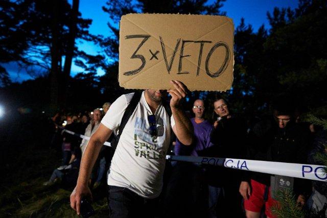 Protestujący domagający się pod prezydenckim ośrodkiem w Juracie weta 3 ustaw mających reformować sądownictwo w Polsce.