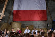 Premier Mateusz Morawiecki i minister rolnictwa Jan Krzysztof Ardanowski podczas wizyty w gospodarstwie Jana Szarszewskiego w Głogowie.
