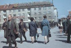 """Widoczna kamienica z neonem """"Totalizator Sportowy buduje obiekty sportowe"""" i dekoracjami, 1969 r."""