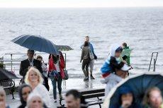 """Na zdjęciu Międzyzdroje 2 lipca. Od początku wakacji nad polskim morzem dominuje taka pogoda. """"Lipcopad"""" weryfikuje marzenia o rekordowych zarobkach. Sezon jest dobry, ale część Polaków ucieka znad Bałtyku."""