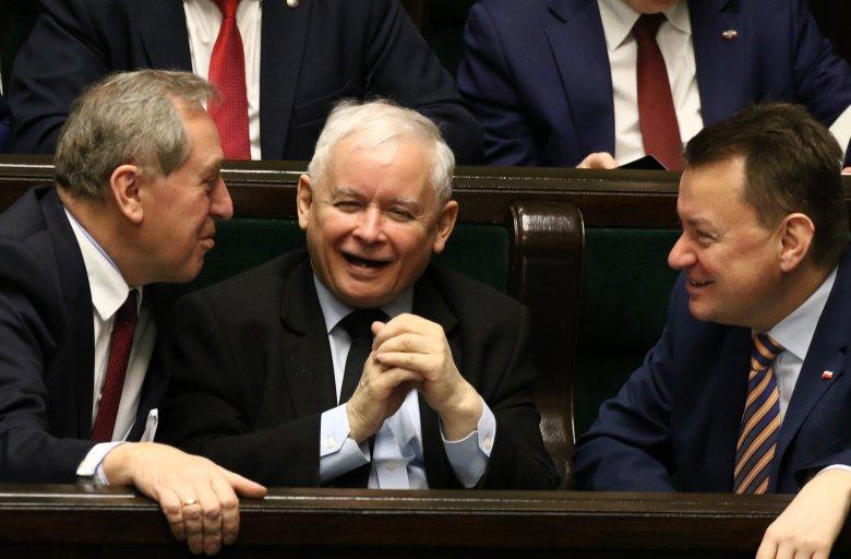 """Raport """"Partia w państwie..."""" wskazuje, że tylko w administracji PiS wymieniło ponad 11 tys. osób"""