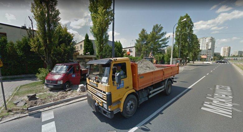 Tak adres Mickiewicza 49 jest widoczny na Google Street View.