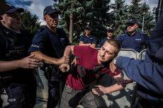"""Demonstrujący uważają, że w niektórzy z policjantów przed Sejmem to """"przebierańcy""""."""