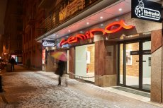"""Po najstarszym w Warszawie kinie """"Femina"""" został tylko neon."""