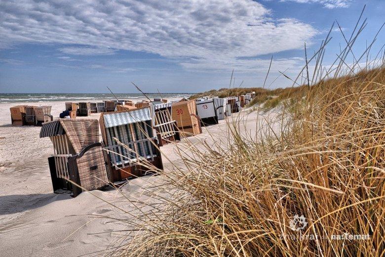 Wiklinowe kosze na bałtyckiej plaży półwyspu Darss