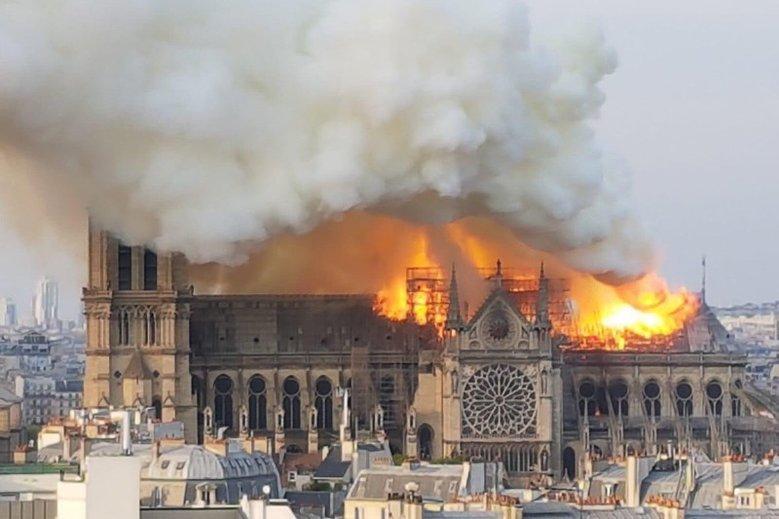 Prawicowy internauta pokazał eksperyment, który ma udowadniać, że przyczyną pożaru Notre Dame nie mogła być iskra.