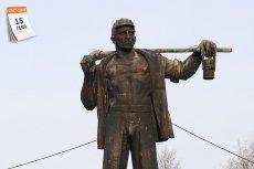 Plan trzyletni (1947-1949) doprowadził do odbudowy Polski ze zniszczeń wojennych. Na zdjęciu pomnik Wincentego Pstrowskiego, robotnika, który został uznany za pierwszego przodownika pracy w PRL-u