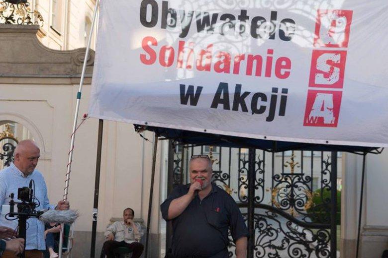 Maciej Bajkowski w ramach tzw. chodnikowej opozycji działa od grudnia 2016 roku