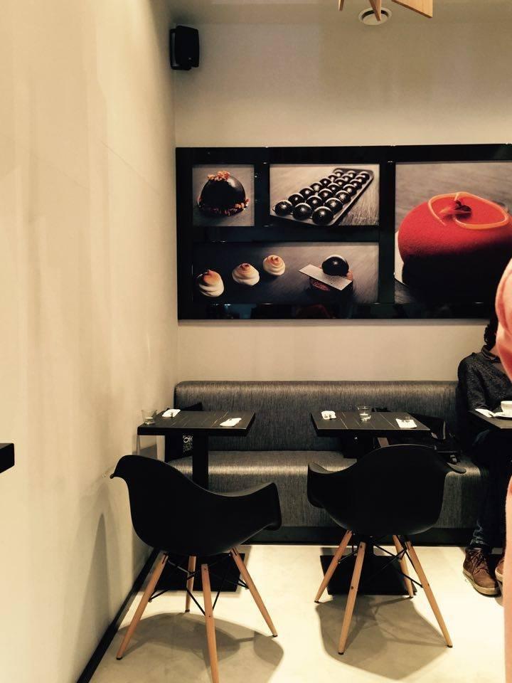 Na zdjęciu niewielka, minimalistycznie urządzona cukiernia przy Nowym Świecie, druga i większa mieści się na Saskiej Kępie, przy ulicy Angorskiej.