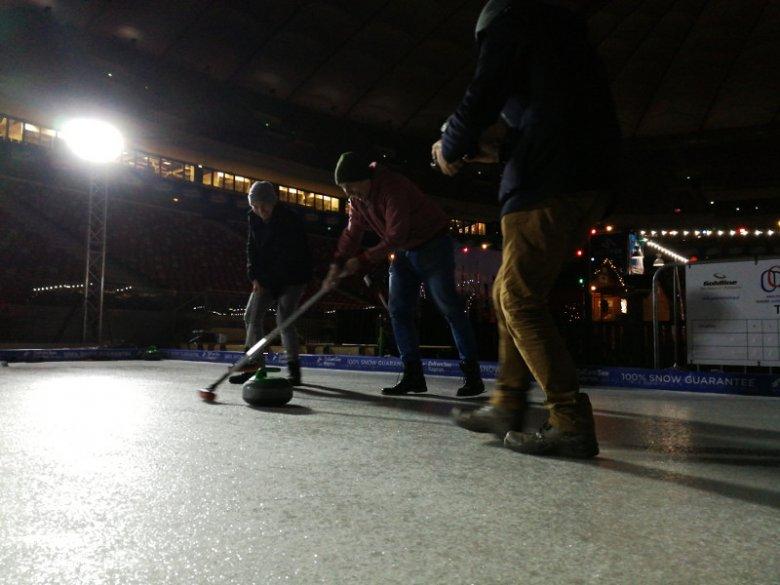 Jak widać po naszych minach, curling to wspaniała zabawa.